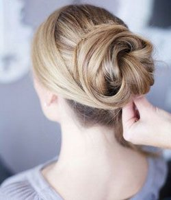 Uno chignon per capelli lunghi, passo dopo passo.